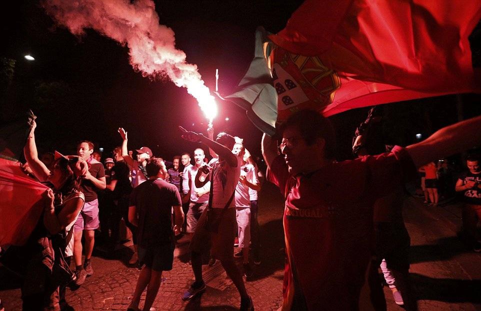 Người Bồ Đào Nha trên khắp châu Âu ra đường ăn mừng ngôi vô địch Euro 2016 - 5