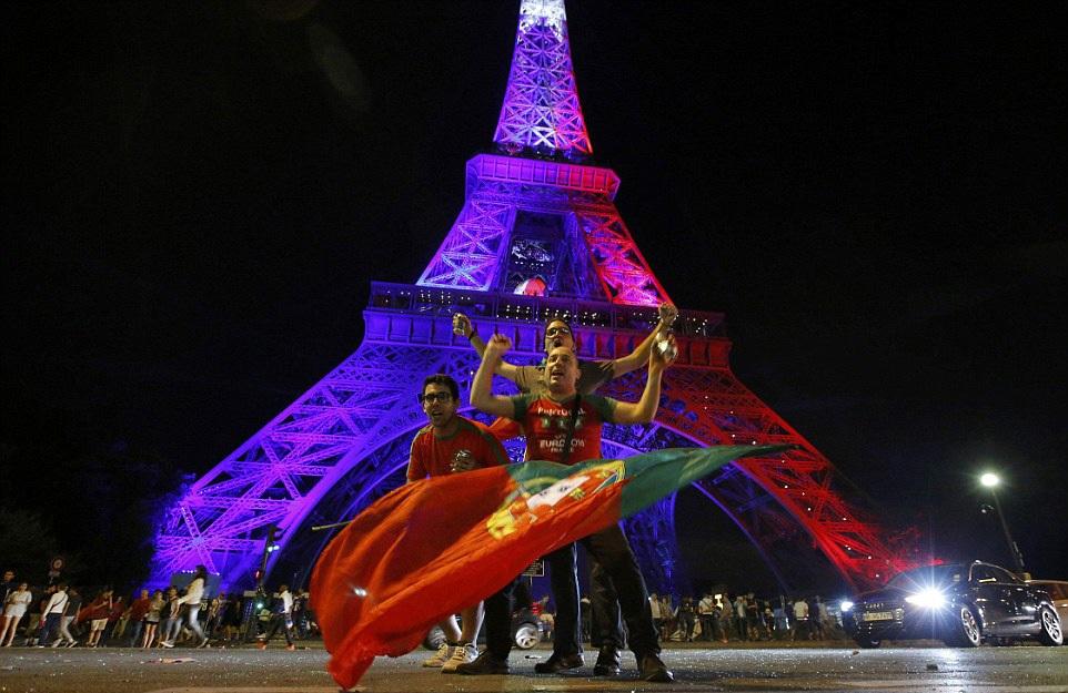 Còn tại Pháp, Paris trở thành thành phố lễ hội của người Bồ