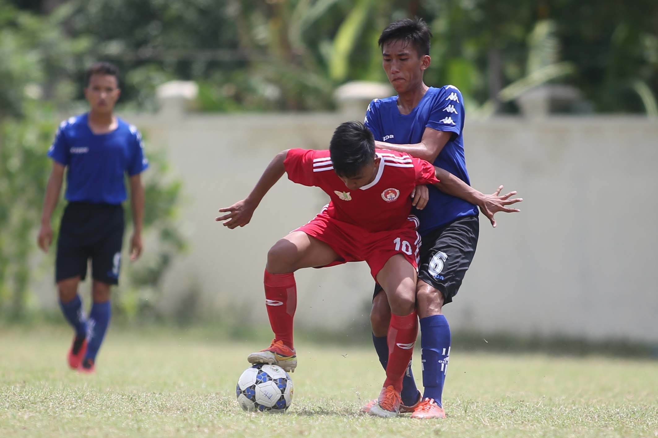 Cầu thủ Nguyễn Văn Thời (6) của đội Quảng Ngãi thi đấu ở môn bóng đá nam THPT tại HKPĐ... (ảnh: Anh Hải)