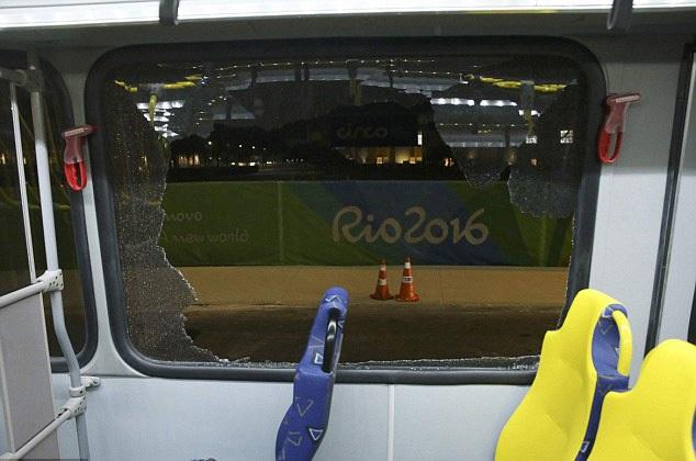 Xe chở phóng viên tác nghiệp tại Olympic Rio bị tấn công bằng súng - 4
