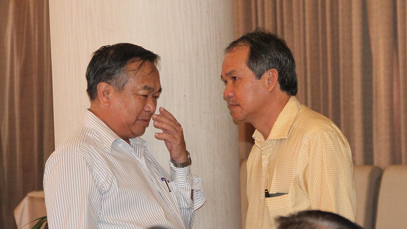 Phó chủ tịch phụ trách tài chính Đoàn Nguyên Đức (phải) cũng dự họp
