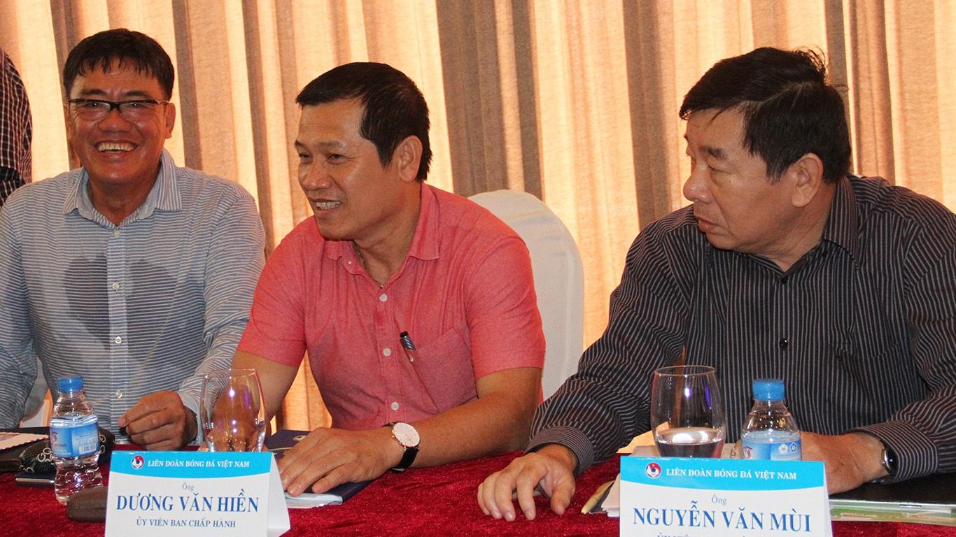 Hai trong số những ứng cử viên có thể thay ông Mùi ngồi ghế trưởng Ban trọng tài thời gian tới là các ông Dương Văn Hiền (giữa) và cựu trưởng Ban trọng tài Dương Vũ Lâm (trái)