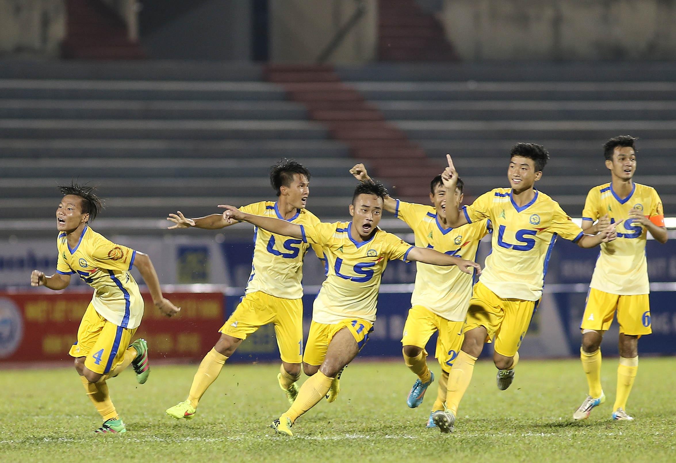 Niềm vui của các cầu thủ trẻ Đồng Tháp sau khi giành quyền vào chung kết
