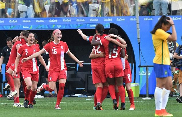 Marta (Brazil) ôm đầu nhìn Canada chiến thắng và giành HCĐ trước mắt đội chủ nhà