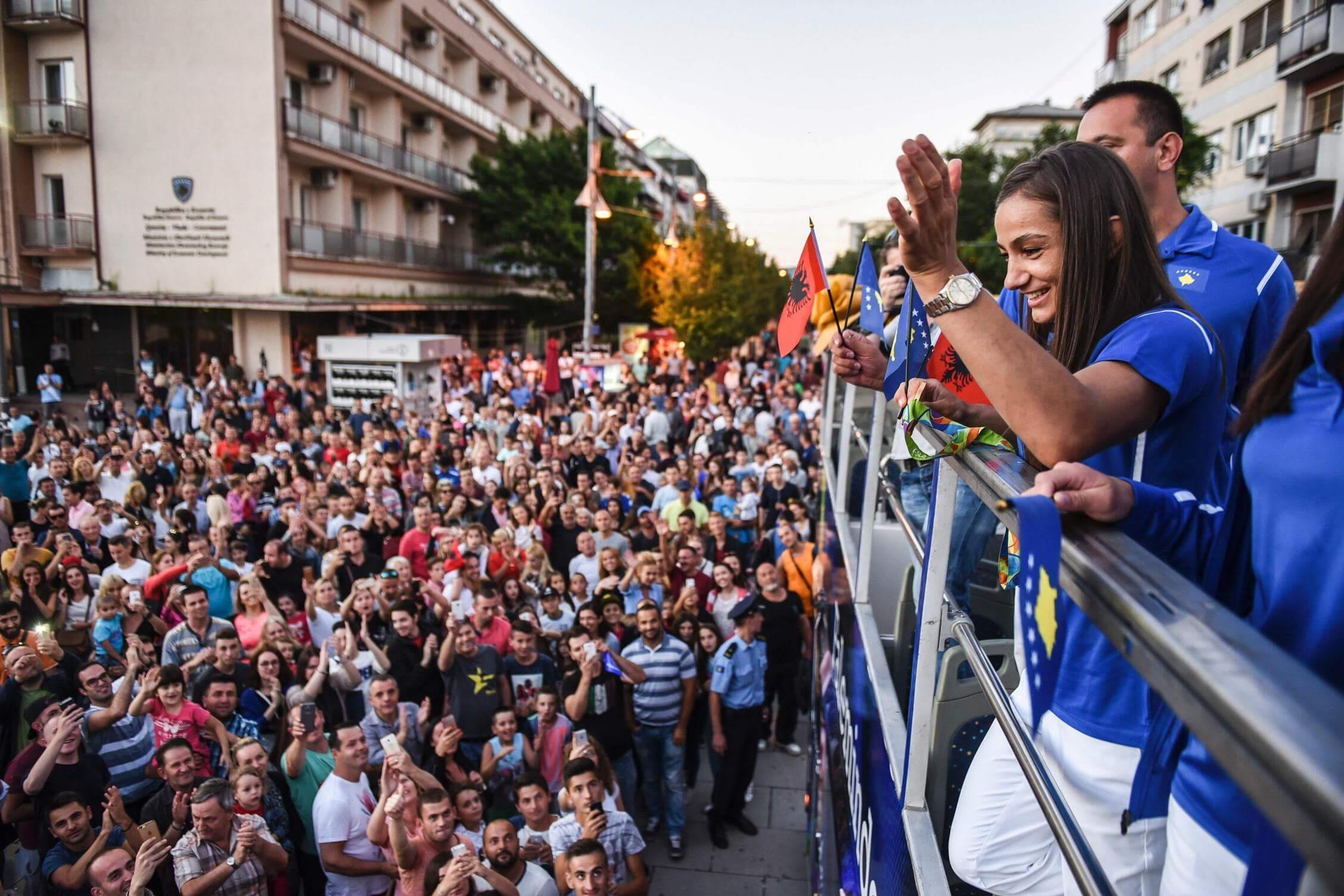Majlinda Kelmendi được đón như người hùng khi về quê hương Kosovo từ Rio 2016