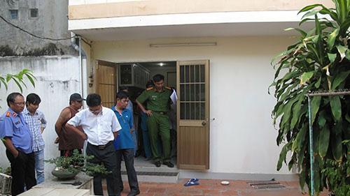 Hiện trường bên trong sân nhà thầy C.V.R, nơi nạn nhân được phát hiện đã chết
