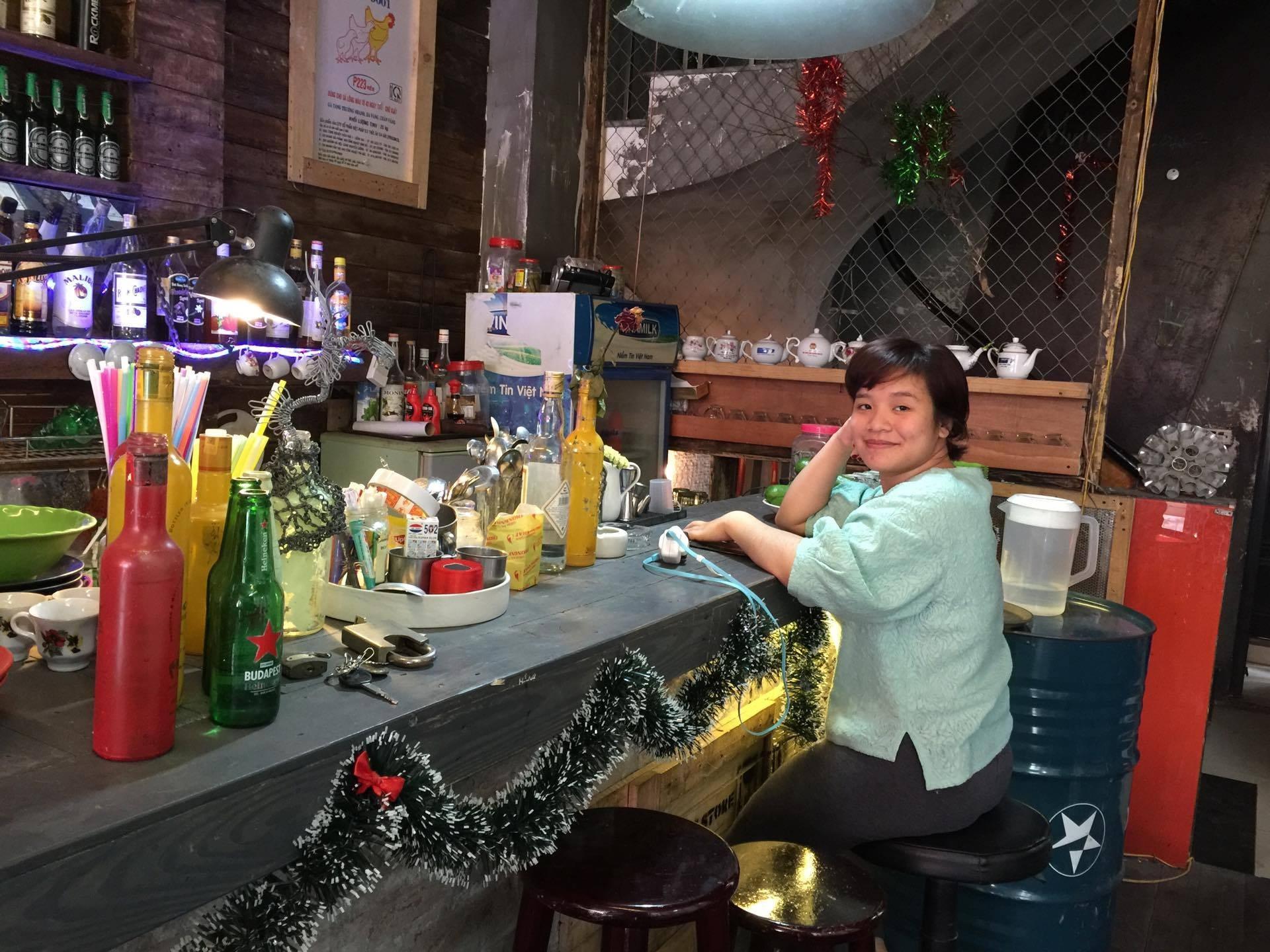 Hải Giang khá may mắn khi tìm được công việc tại quán cà phê đúng gu của mình.