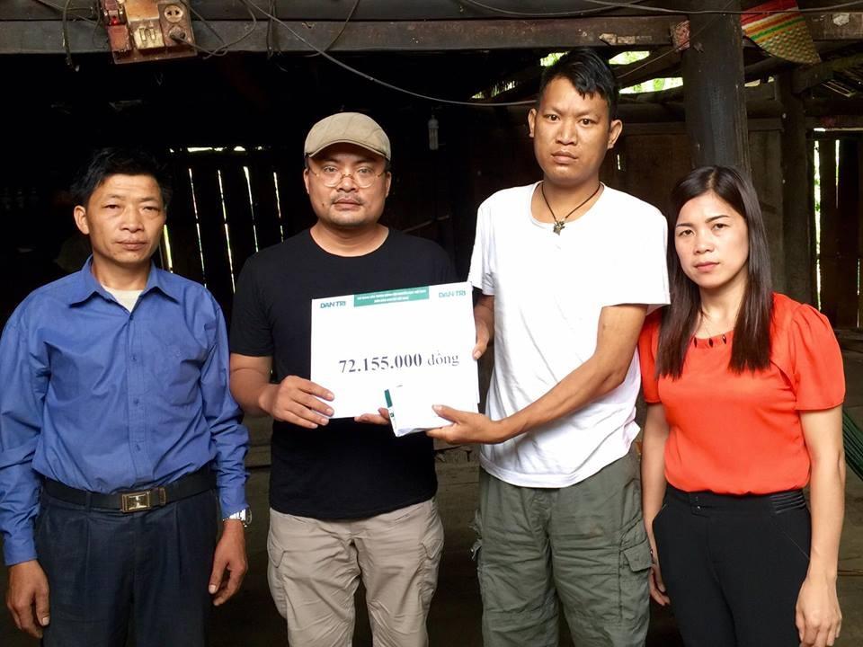 Đại diện chính quyền địa phương chứng kiến việc trao số tiền 72.155.000 đồng từ các nhà hảo tâm qua báo Dân trí cho anh Mạc Văn Hiệu (thứ hai bên phải sang).