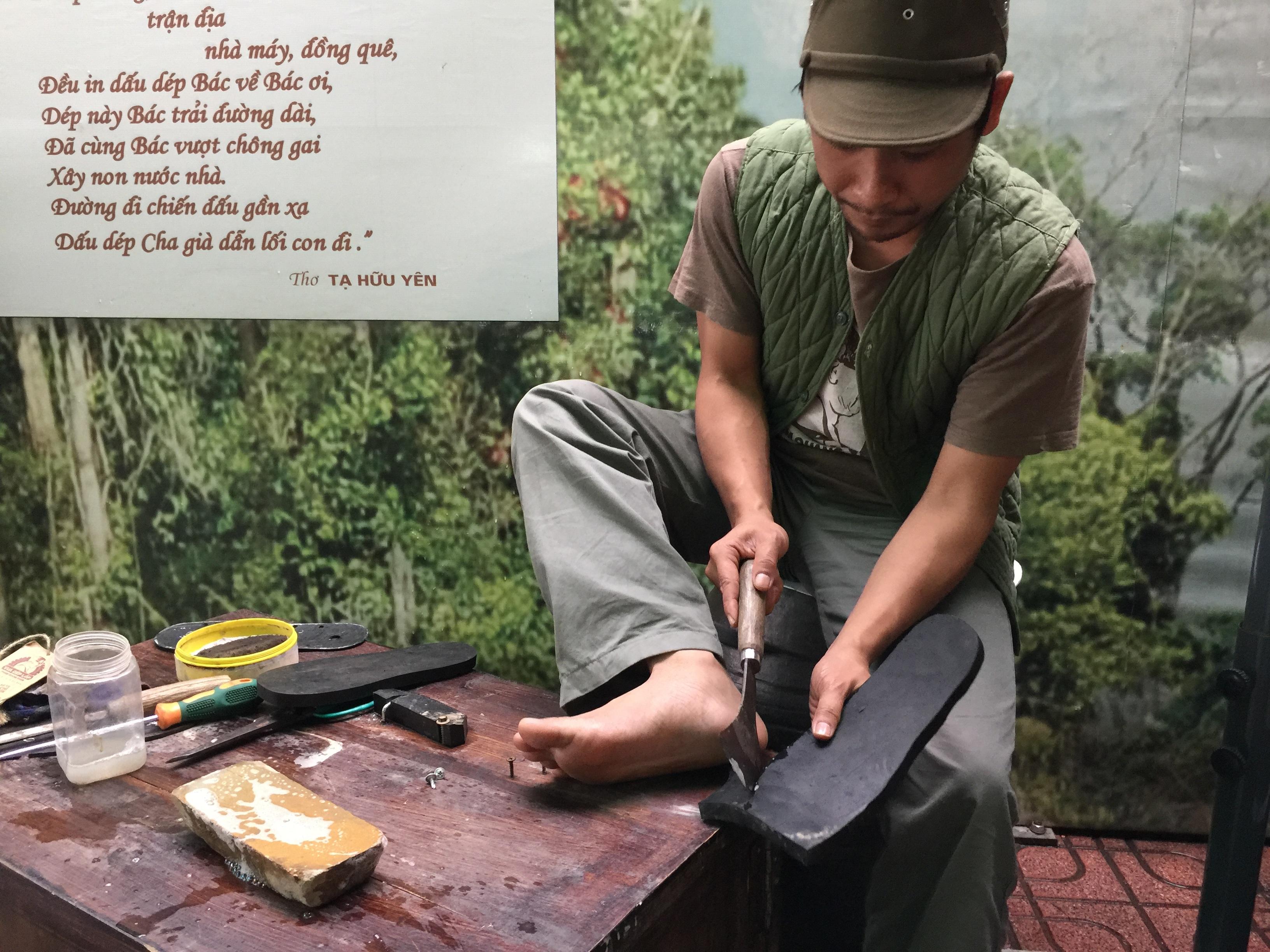 Anh Nguyễn Tiến Cường đang làm một đôi dép mới.