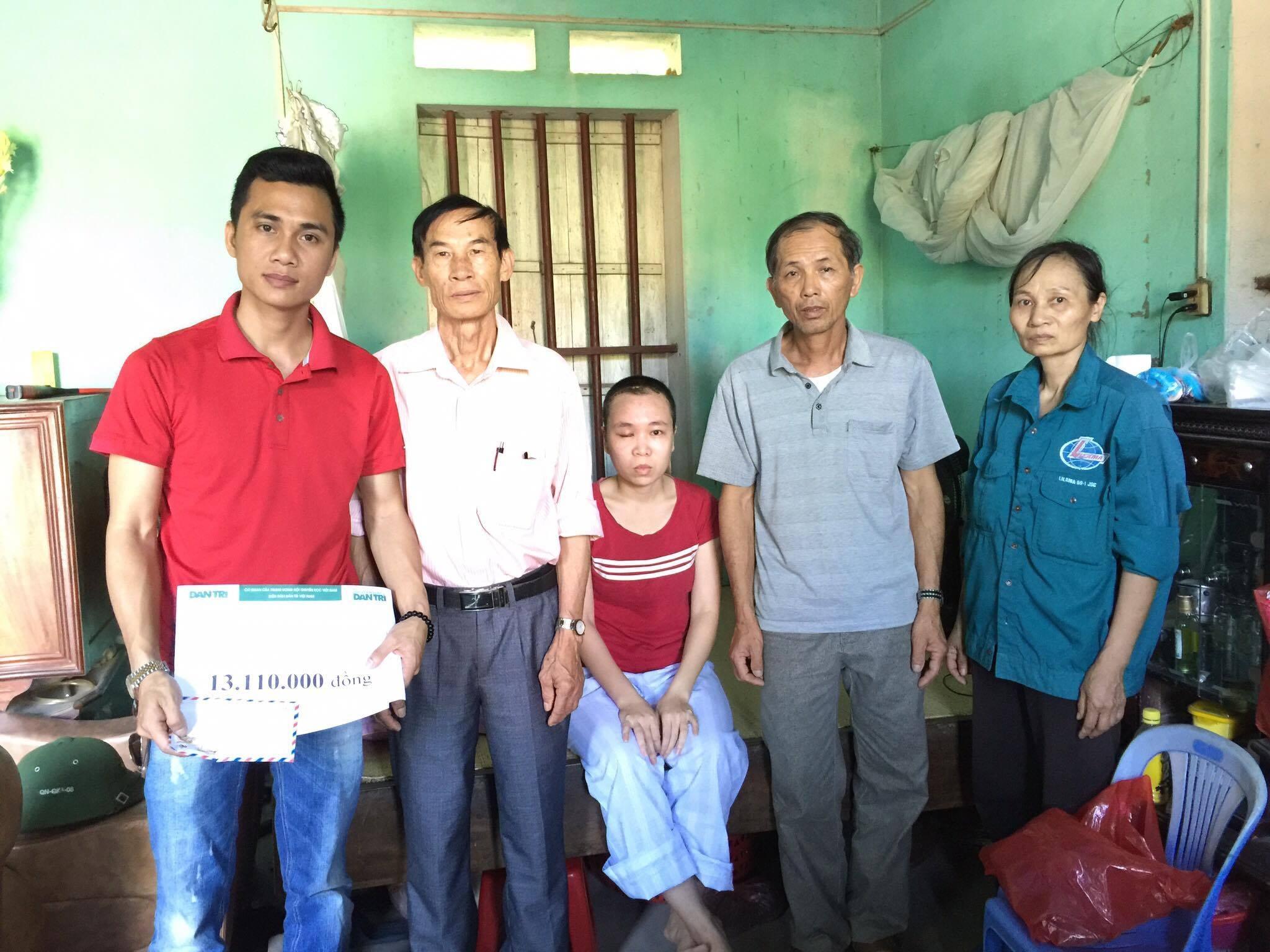 Đại diện lãnh đạo địa phương và nhà hảo tâm trao tặng số tiền 13.110.000 đồng cho cô giáo Nguyễn Thị Mỵ