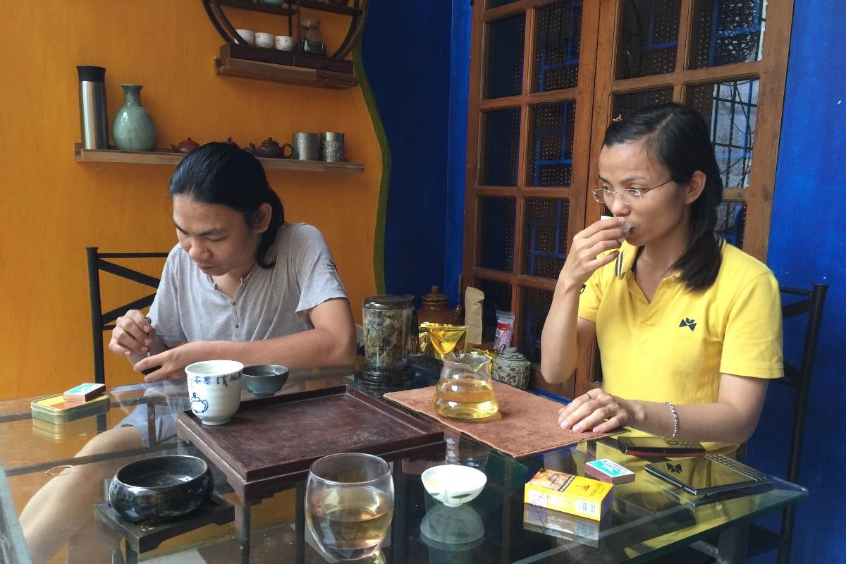 Dương Anh uống trà bên người thầy của mình.