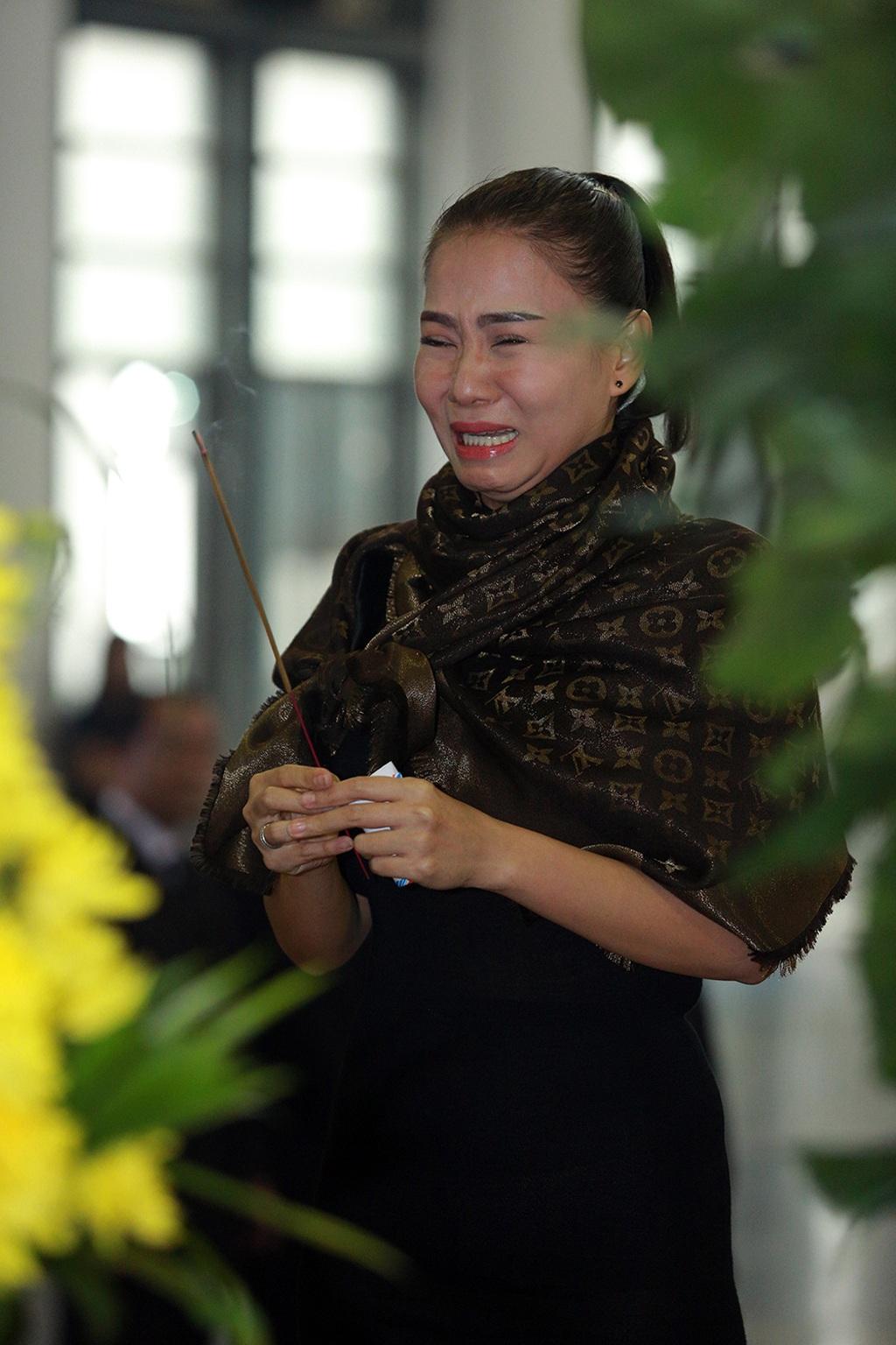 Ca sĩ Thu Minh nức nở tại lễ tang