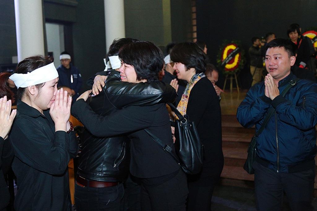 MC Diễm Quỳnh nghẹn ngào tiễn biệt người anh, người đồng nghiệp hóm hỉnh, đáng mến. Chị cùng nhiều anh em, ca sĩ như Mỹ Linh tiễn đưa anh đoạn đường cuối cùng
