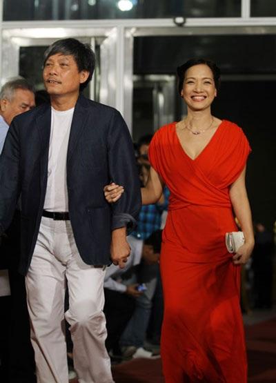 Vợ chồng đạo diễn Phạm Việt Thanh- Lê Khanh rạng rỡ trên thảm đỏ LHP Quốc tế Việt Nam 2010