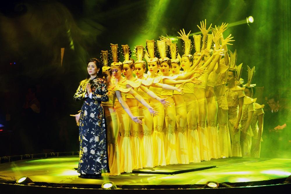 Tuấn Hưng phi mô tô lên sân khấu tặng hoa cho  Lệ Quyên - 14
