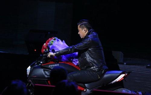 Tuấn Hưng phi mô tô lên sân khấu tặng hoa cho  Lệ Quyên - 1