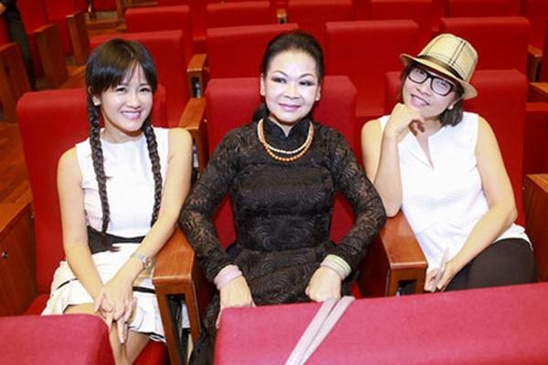 Hồng Nhung và Khánh Ly, Mỹ Linh tại buổi tập luyện cho chương trình âm nhạc năm ngoái