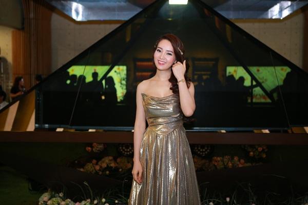 Á hậu Thụy Vân được mời làm MC cho chương trình. Người đẹp ăn mặc lộng lẫy, dẫn dắt chương trình bằng tiếng Việt và tiếng Anh