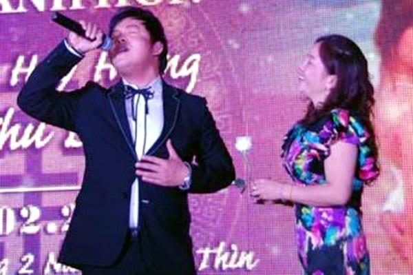 Ca sĩ Quang Lê hát ở đám cưới, có khán giả hâm mộ đợi sẵn để tặng hoa