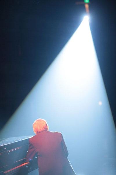 Nguyễn Ánh 9 và niềm hạnh phúc bên cây đàn, dưới ánh đèn sân khấu (Ảnh: Dương Việt Khôi)