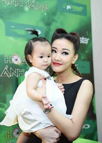 Nữ ca sĩ xinh đẹp cho biết, bố của con gái vẫn chu cấp và có trách nhiệm với con