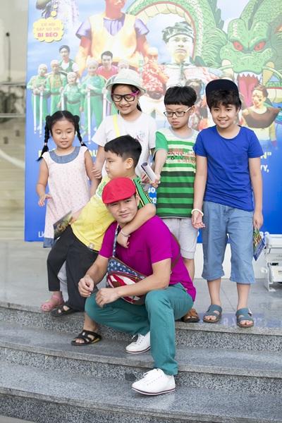 Chiều 17/5, Xuân Bắc đưa hai con trai bé Bi (áo vàng) và bé Minh (áo kẻ xanh) cùng nhiều em nhỏ khác trong CLB XB do anh dạy diễn xuất tham gia một sự kiện tại Hà Nội. Đây là show diễn đặc biệt mà Xuân Bắc kết hợp cùng Tự Long tổ chức dành cho trẻ em nhân dịp Quốc tế thiếu nhi 1/6 tại Hà Nội.