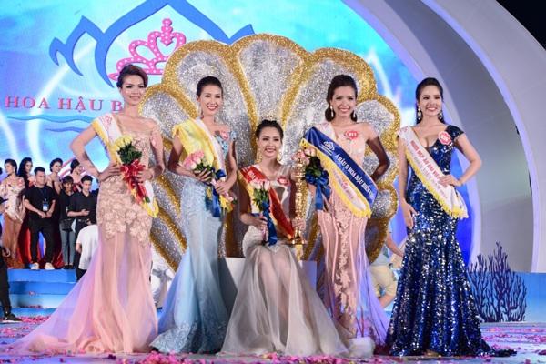 Top 3 người đẹp đoạt danh hiệu cao nhất: Phạm Thùy Trang (giữa), Nguyễn Thị Bảo Như bên trái, Nguyễn Đình Khánh Phương bên phải