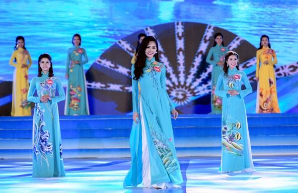 Phạm Thùy Trang trong phần thi áo dài