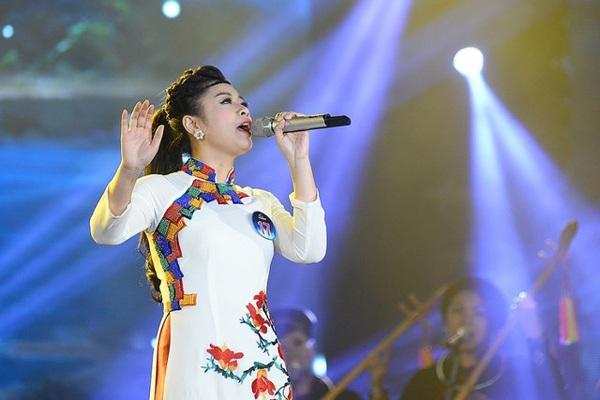 Thu Hằng là ca sĩ trẻ nhất trong những Quán quân dòng nhạc Dân gian