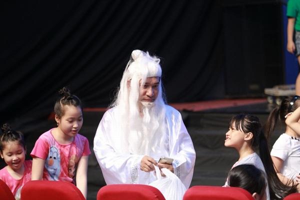 Nghệ sĩ Quang Thắng với tạo hình ông Bụt trong vở diễn Cô Tấm và cuộc phiêu lưu diệu kỳ