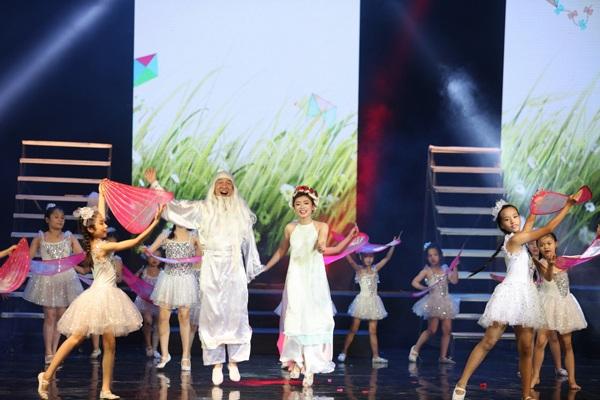 Nghệ sĩ hài Quang Thắng và ca sĩ Thu Hằng rất có duyên trong biểu diễn cũng như giao lưu, trò chuyện cùng các em nhỏ.