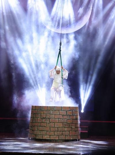 Ông Bụt Quang Thắng khiến khán giả nhí thích thú với màn xuất hiện bất ngờ từ miệng giếng, treo mình trên dây cáp...