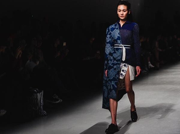 Thùy Trang sải bước trên sàn catwalk tại tuần lễ thời trang Paris 2016. Để nhận được cái gật đầu của NTK người Ấn, Rahul Mishra người mẫu Việt đã phải nhịn ăn, tập luyện không ngừng để ép cân.