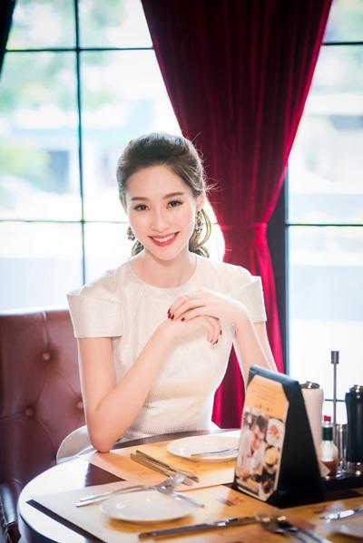 Tham dự sự kiện tối ngày 9/6 tại Hà Nội, Hoa hậu Việt Nam Đặng Thu Thảo xuất hiện với vẻ đẹp vừa ngọt ngào vừa kiêu sa.