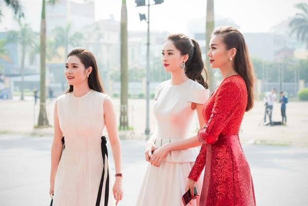 Tham dự sự kiện này còn có siêu mẫu Thanh Hằng (phải)