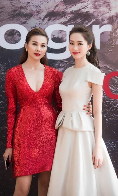 Trong khi Hoa hậu Đặng Thu Thảo đẹp mong manh, ngọt ngào với váy trắng thì Thanh Hằng sexy, táo bạo với váy đỏ.