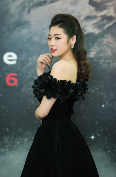 Á hậu Tú Anh nổi bật làn da trắng với váy đen. Tú Anh cũng là người đẹp đắt show sự kiện.