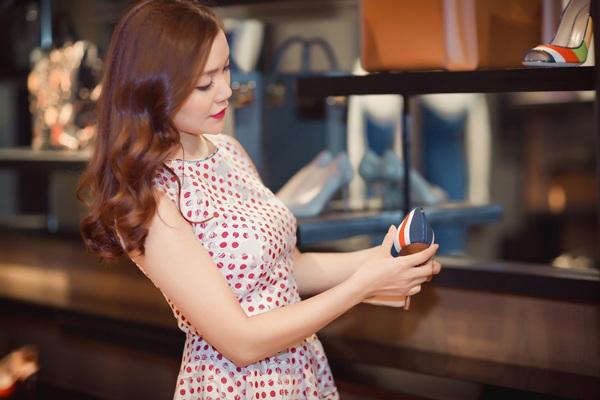 Trước đó, nữ ca sĩ xinh đẹp cũng chi mạnh tay mua sắm trang phục chuẩn bị cho đêm diễn.
