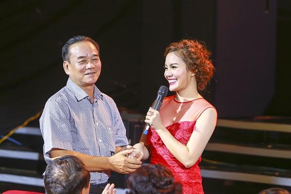 Khoảnh khắc Ngọc Anh tri ân thầy Đỗ Hòa An, người thầy đầu tiên có công dìu dắt cô trên con đường âm nhạc.