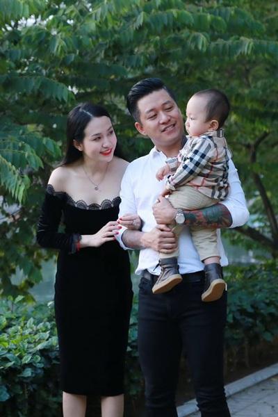 Tuấn Hưng hạnh phúc bên vợ đẹp và con trai đáng yêu.