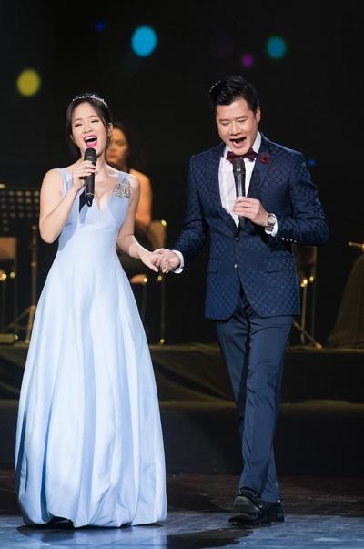 Bên cạnh đó, Quang Dũng còn song ca với nữ ca sĩ Hồng Nhung ca khúc Em và tôi.