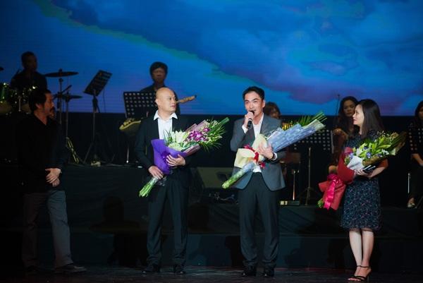NSND Trần Bình và 3 người con của nhạc sĩ Thanh Tùng tri ân khán giả trên sân khấu Lối cũ ta về.