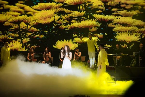 """Mỹ Dung, cô học trò nhỏ của nhạc sĩ Thanh Tùng thể hiện """"Hoa cúc vàng"""", nhạc phẩm được nhạc sĩ viết tặng vợ của mình, khi bà đã mất."""