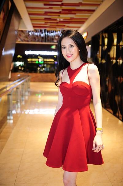Sau scandal nói tiếng Anh, Thu Vũ bị bắt gặp đi xem phim để giải tỏa căng thẳng chiều ngày 23/6 tại TPHCM (Ảnh: Thành Luân)