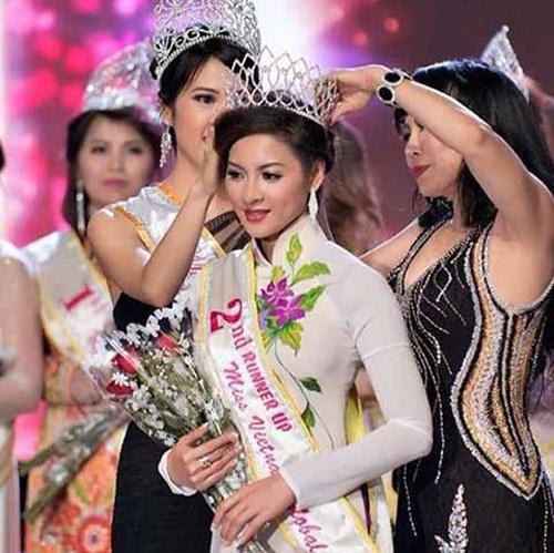 Hình ảnh Thái Nhã Vân nhận danh hiệu Á hậu tại cuộc thi Hoa hậu Việt Nam Toàn cầu diễn ra ở Mỹ.