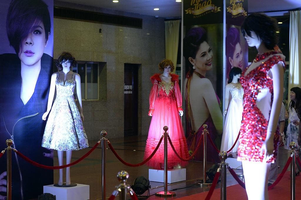 Bên ngoài sân khấu, Thanh Thảo trưng bày nhiều trang phục từng biểu diễn của mình.