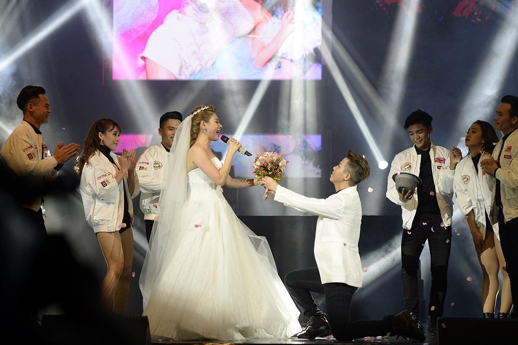 Thanh Thảo xuất hiện trên sân khấu trong váy cưới cô dâu.