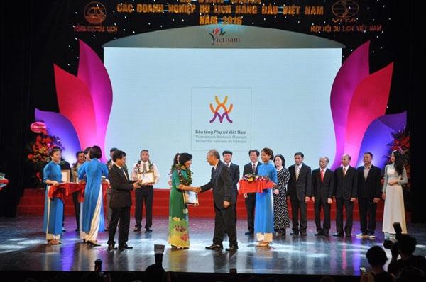 Giám đốc Bảo tàng Phụ nữ Việt Nam nhận giải thưởng tại Lễ vinh danh tối ngày 9/7.