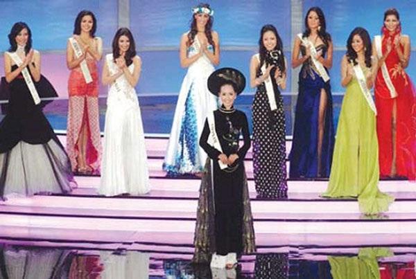 Hoa hậu Mai Phương Thúy với bộ trang phục dân tộc khiến bạn bè thế giới yêu mến.