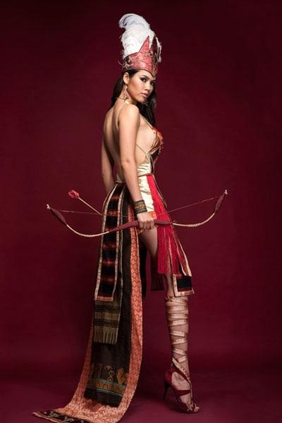 Á hậu Hoàng My với bộ quốc phục dự thi Hoa hậu thế giới 2012 gây tranh cãi.